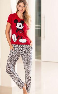 Da passarela para o aconchego, sem escalas. Regata de Modal com fio LYCRA® com estampa localizada Mickey,  fazendo conjunto com shorts de liganete estampa de leopardo.