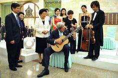 John Kerry plays guitar during Beijing visit