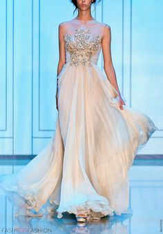 Elie Saab. Whoah mama this is gorgeous If I could pick only 1 dress from only 1 designer its got yo be Elie