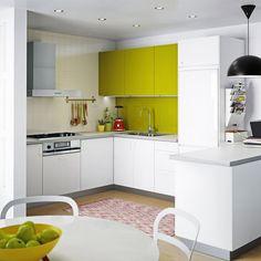 Cuisine verte et blanche, Ikea. Une petite touche vitaminée pour dynamiser une cuisine toute blanche ! Le vert réveille la créativité et met de bonne humeur... à petit prix !