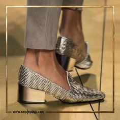 Yılın trendi metalik renkler! sendevarmi.com #ikincielinbirinciadresi #ikincielmoda #sendevarmı #kadın #moda #fashion #ayakkabı #metalik