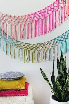 Macrame Yarn Garland DIY 2019 Macrame Garlands // Such a great way to use up extra yarn that is hanging around it's really easy. The post Macrame Yarn Garland DIY 2019 appeared first on Yarn ideas. Macrame Projects, Yarn Projects, Crochet Projects, Easy Yarn Crafts, Diy And Crafts, Yarn Wall Hanging, Wall Hangings, Camping Crafts, Chunky Yarn
