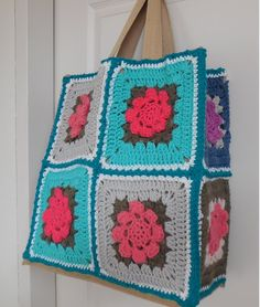 haken tutorial: juten tas pimpen met granny's Crochet Bag Tutorials, Crochet Videos, Crochet Patterns, Granny Square Bag, Crochet Handbags, Crochet Squares, Knitted Bags, Crochet Accessories, Diy And Crafts