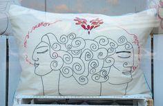 """El amor se refleja en este lindo cojín de """"Corazón de volcán"""", que acompaña sueños mágicos. (Foto: Selene Mejía/Soy502) http://www.soy502.com/articulo/corazon-volcan-accesorios-cuentan-historias-cada-puntada"""