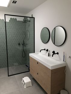 We mochten de ronde spiegels verzorgen, met brede stalen omlijsting en spiegelverwarming aan de achterzijde. Bekijk meer van ons staalwerk op www. Bathroom Design Small, Bathroom Interior Design, Modern Bathroom, Bad Inspiration, Bathroom Design Inspiration, Bathroom Renos, Bathroom Renovations, Goth Home Decor, Home Room Design