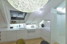 Una cucina tutta bianca #mansarda http://www.mansarda.it/mansarde/un-appartamento-con-tetti-inclinati/