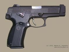 """Пистолет Ярыгина ПЯ, вид справа. Обратите внимание на двусторонний рычажок предохранителя, находящийся в положении """"огонь""""."""