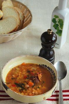ciorba de fasole cu tarhon si afumatura 1 New Recipes, Soup Recipes, Cooking Recipes, Favorite Recipes, Romanian Food, Romanian Recipes, Always Hungry, Chana Masala, Foodies