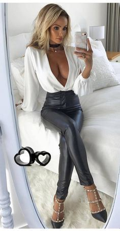 Lovely Ladies in Leather: Miscellaneous Leather Tight Pants and Shiny Leggings (Part Fifteen) Womens Fashion For Work, Look Fashion, Sexy Outfits, Cute Outfits, Moda Outfits, Talons Sexy, Elegantes Outfit, Shiny Leggings, Leather Fashion