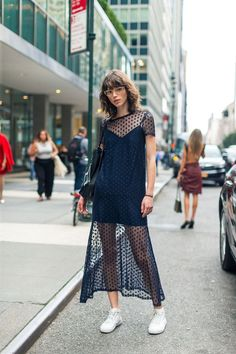 Are you looking for some preppy fresh ideas to achieve a glamorous street look in this fall season? The best of New York Fashion Week 2016 is here! Look Street Style, New York Fashion Week Street Style, Street Style 2017, Spring Street Style, Street Chic, Street Styles, Style Summer, Nyfw Street, Summer Street