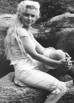 """1953 """"River of no return"""" (La rivière sans retour) d'Otto PREMINGER / ACCIDENT / En 1953, alors qu'elle tourne """"La rivière sans retour"""", Marilyn se fait une entorse à la cheville. Pendant longtemps on a prétendu qu'elle avait simulé pour se venger du réalisateur avec lequel elle entretenait des relations tendues. On sait aujourd'hui qu'il n'en est rien et qu'au contraire, l'actrice a fait preuve du plus grand professionnalisme. En effet, les archives du médecin canadien qui l'a soignée dans…"""