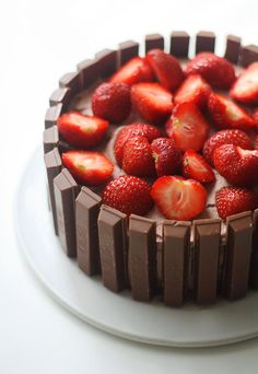 Kit Kat -kakku // Kit Kat Strawberry Cake Food & Style Annamaria Niemelä, Lunni leipoo Photo Annamaria Niemelä www.maku.fi Raspberry, Strawberry, Chocolate, Food Pictures, Food Pics, Let Them Eat Cake, Cheesecake, Food And Drink, Sweets