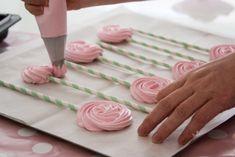 מדביקים לנייר האפייה ומזלפים סוכריות מרנג על מקל. צילום: אורי שביט