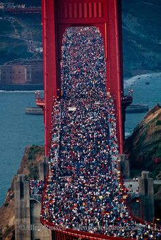 Incredible Pictures of People Flattened Golden Gate Bridge During the Anniversary Celebration in 1987 ~ Vintage Everyday Golden Bridge San Francisco, Usa San Francisco, Living In San Francisco, San Francisco Travel, San Francisco California, California Surf, Around The World In 80 Days, People Of The World, Around The Worlds