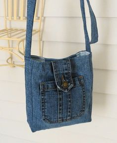 Terrific Pics Toiletry bag made from old jeans Upcycling - Ms. Fadenschein Suggestions I enjoy Jeans ! And a lot more I love to sew my very own Jeans. Next Jeans Sew Along I'm going t Jean Crafts, Denim Crafts, Mochila Jeans, Sacs Tote Bags, Toiletry Bag, Altering Jeans, Denim Purse, Mk Purse, Denim Ideas