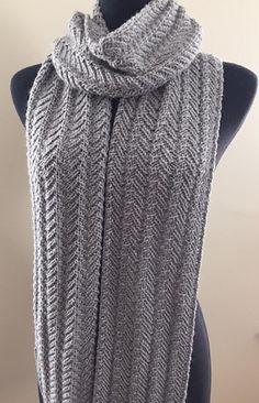 Skønt, superlangt tørklæde i den blødeste uld. Dette tørklæde er meget nemt at lave - det er kun længden af det, der kræver tid! Her i alpaca/uld på pinde 4½. Læs mere ...