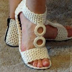 Bilderesultat for crochet shoes Crochet Sandals, Crochet Boots, Crochet Slippers, Diy Crochet, Crochet Clothes, Knit Shoes, Sock Shoes, Crochet Flip Flops, Shoe Pattern
