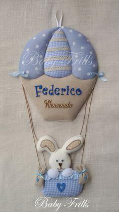 La mongolfiera è un fiocco tradizionale ma sempre di moda per dare il benvenuto al piccolino di casa. Rosa o celeste, aggiunge valore al portone della vostra casa con tenerezza e annuncia a tutti l... Felt Crafts, Diy And Crafts, Baby Cot Bumper, Felt Christmas Ornaments, Baby Room Decor, Ribbon Bows, Baby Fever, Machine Embroidery, New Baby Products