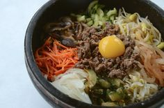 On vous parle de 10 très bons restaurants coréens de Montréal : des petites adresses très abordables et aux saveurs exotiques de la Corée. Menu, Saveur, Ethnic Recipes, Foods, Small Restaurants, Top Restaurants, Spicy Salmon, Korean Cuisine, Menu Board Design