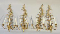 SUITE DE QUATRE APPLIQUES à deux bras lumières en bois sculpté,