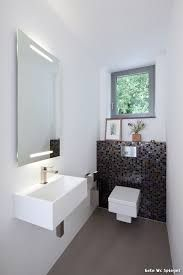 kleines g ste wc modern stil f r g stetoilette mit fenster von holle architekten in germany. Black Bedroom Furniture Sets. Home Design Ideas