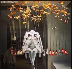 Muy original como parece que el maniquí esta sentado y le sujetan los zapatos. Alberto Soto   Visual merchandising.