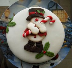 Snowman Cake 2 - Cake by Cláudia Oliveira (Christmas Bake Decorating) Christmas Cake Designs, Christmas Cake Topper, Christmas Cake Decorations, Christmas Cupcakes, Christmas Sweets, Holiday Cakes, Christmas Goodies, Xmas Cakes, Holiday Baking