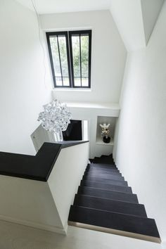 - Stairway Designs & Ideas - Landhuis bouwen trappenhuis modern vormgegeven Country house building stairwell with a modern design. Chapman House, Foyer Flooring, Wooden Stairs, House Stairs, Staircase Design, Modern Staircase, Stairways, Interior Design Living Room, Home And Living