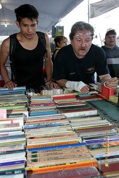 Nezahualcóyotl, Méx. 26 Junio 2013. El escritor Paco Taibo II ayudando a un joven lector a elegir un libro.