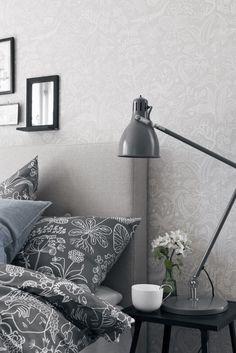 Wallpapers by SCANDINAVIAN DESIGNERS on tapettimallisto, joka esittelee klassista skandinaavista muotoiluperintöä uudella tavalla. 1950-luvun suosituimpien muotoilijoiden Arne Jacobsenin, Sven Markeliuksen, Karl Axel Pehrsonin ja Stig Lindbergin klassikkojen asemaan nousseet tekstiilikuosit esittäytyvät nyt tapetilla. Mallisto edustaa puhdasta ja yksinkertaista tyyliä 50-luvulta. SCANDINAVIAN DESIGNERS -malliston muotokieli liikkuu geometrisistä kuvioista pehmeisiin ja leikkisiin muotoihin…