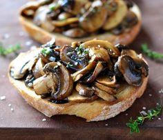 Bruschetta de cogumelo, tomilho e balsâmico: uma delícia dos céus! Receitinha aqui no link: