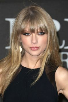 Taylor swift with blonde hair soft blonde hair, blonde hair wit Blonde Light Brown Hair, Soft Blonde Hair, Blonde Hair With Bangs, Dark Hair, Hair Bangs, Taylor Swift Hot, Long Live Taylor Swift, Taylor Swift Pictures, Taylor Swift Bangs