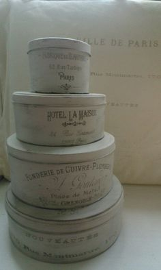 Oude koekblikken geverfd met krijtverf en voorzien van franse teksten. Zo leuk om te doen! Vintage Hat Boxes, Vintage Gifts, Tin Can Lights, Diy And Crafts, Arts And Crafts, Altered Bottles, Mets, Diy Interior, Nordic Style