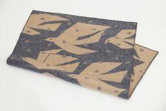 TRIP ブランケット   スウェーデンの老舗メーカーKLIPPANとのコラボレーションによる新しいブランケットをご紹介いたします。 今回はミナ ペルホネンのデザイナー皆川 明と親交の深い スウェーデンの陶芸家リサ・ラーソンさんとともに「ミナのとり リサの鳥」と題し、「鳥」をテーマにしたブランケットが生まれました。 皆川明がデザインした「TRIP」は、降りしきる雪の中を旅するように渡ってゆく鳥たちの姿を描いています。 季節の移ろいを連想させる渡り鳥の姿が、暮らしを活き活きと彩ります。素材にはエコラムウールを使用しています。