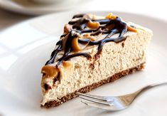Baileys no-bake cheesecake is delicious, easy to make and full of creamy cheese with a sweet liqueur flavour throughout. Baileys cheesecake is our favourite Cheesecake Au Café, Baileys Cheesecake, Caramel Cheesecake, Chocolate Cheesecake, Maltesers Cheesecake, Cake Chocolate, Thermomix Cheesecake, Chocolate Baileys, Healthy Cheesecake