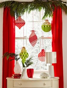 30 Fabulous Christmas Window Decoration Ideas – World Etes Easy Christmas Ornaments, Christmas Window Decorations, Noel Christmas, Simple Christmas, All Things Christmas, Holiday Decor, Paper Decorations, Christmas Window Display Home, Paper Garlands