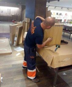 Operario de empresa especializada en el montaje de tiendas y mobiliario comercial en Canarias Shop Fittings, Tents