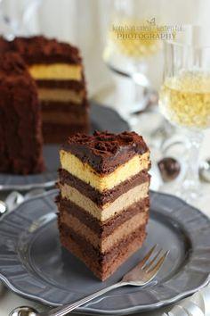 Régóta tetszenek azok a torták, melyekben a tésztarétegeknek más-más színük van. Igazán mutatósak. :) Nagy tervezgetést követően neki is álltam, hogy elkészítsem a saját színátmenetes tortámat. Sokat