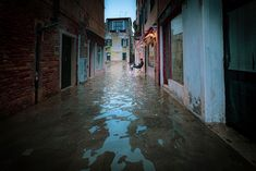 Photographer Natalia Elena Massi recorded the record-breaking floods that occurred in Venice in November The acqua alta reached up to 6 feet. Venice In November, Venice City, Visit Venice, World Watch, Living In Italy, Water Me, Most Beautiful Cities, Big Challenge, Wonderful Images