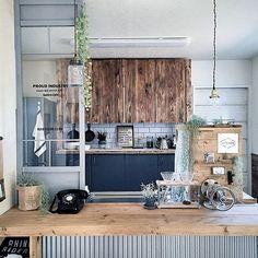 女性で、のハンドメイド/グリーンのある暮らし/カフェ風/食器棚DIY/現状回復OK/カウンターDIY…などについてのインテリア実例を紹介。「いなざうるす屋さんのフェイクグリーンで春らしいキッチンになりました!」(この写真は 2016-04-08 21:22:26 に共有されました)