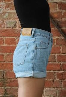 DIY Clothes Refashion : DIY Waisted Denim Shorts http://sistersincloset.blogspot.it/2015/03/diy-levis-shorts.html