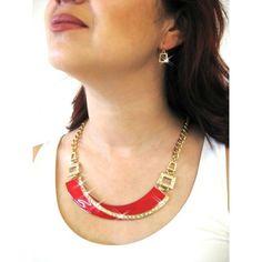 Set de collar y aretes en base dorada con detalles en tono rojo estilo 30223