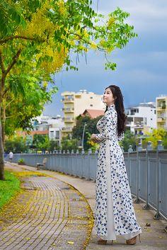 Phạm Nga added a new photo. Long Dress Fashion, Indian Fashion Dresses, Girls Fashion Clothes, Asian Fashion, Women's Fashion, Traditional Fashion, Traditional Dresses, Ao Dai Wedding, Stylish Kurtis Design