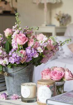 Bouquet de fleur dans un seau et quelques bougies parfumées.