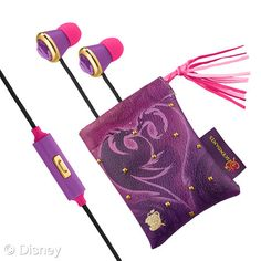 Disney Consumer Products has revealed the new product line for its upcoming TV movie Descendants, which will premiere July 31 on the Disney Channel. Descendants 2 Movie, Disney Descendants Dolls, Descendants Costumes, Disney Princesses, Site Manga, Mal And Evie, Disney Jewelry, Birthday Fun, Birthday Ideas