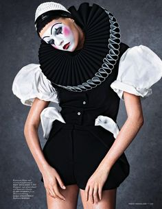 100 Circus-Themed Products look at gorgeous pictures of poor pierrot and tons more cool and glossy couture clown and carnival,circus inspired styles and photos Pierrot Costume, Pierrot Clown, Jester Costume, Art Costume, Costume Halloween, Estilo Club, Vogue, Circus Fashion, Carnival Fashion