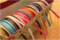 Organizador de cintas en una caja de zapatos