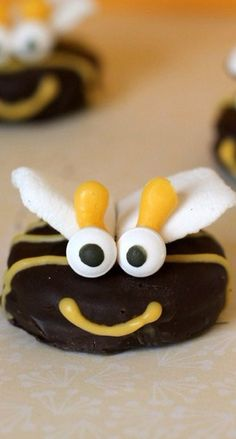 Oreo Bumblebees are the perfect treat for any kids party, baby shower or other gatherings! No Bake Treats, Yummy Treats, Yummy Food, Creative Snacks, Creative Cakes, Beatitudes, Kids Menu, Room Mom, Bake Sale