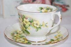 Royal Albert tea cup and saucer Yellow Primroses door HomiArticles