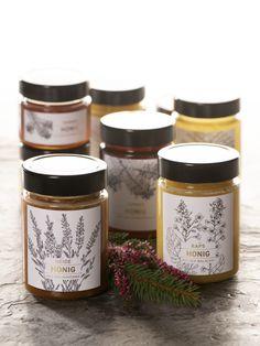 Alle Jahre wieder kommt der Geschenke-Beschaffungsstress vor Weihnachten auf uns zu. Eine gewisse Zeit lässt sich dieser erfolgreich verdrängen, doch zuletzt – wenn im Advent Weihnachten immer näher rückt – wird der Druck zu gross, um auszuweichen. Niemand möchte ohne passendes Geschenk für seine Liebsten dastehen. Honey Packaging, Glass Packaging, Brand Packaging, Label Design, Branding Design, Butter Bakery, Honey Label, Coffee Box, Shea Body Butter
